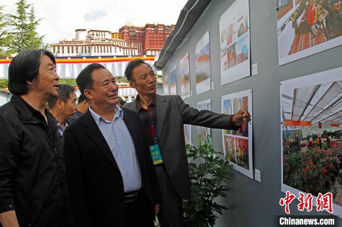 珠穆朗玛摄影展近400幅作品展西藏新变化