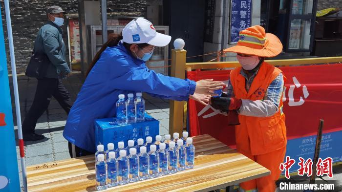 西藏拉萨向户外劳动者爱心送水