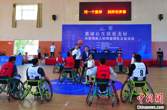 """西藏残疾人运动员:轮椅篮球让我活出""""飞驰人生"""""""