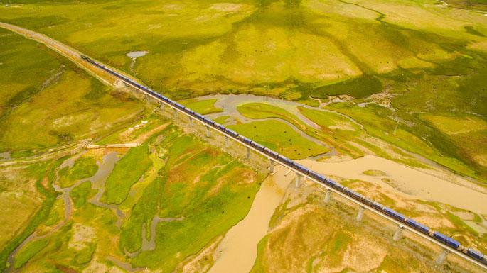 青藏铁路经过拉萨市当雄县境内。.jpg
