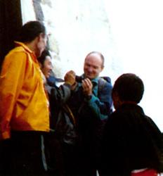 前来布达拉宫朝佛教藏族信徒向外国游客请教照相机的使用方法