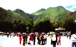 游客如织的布达拉宫广场